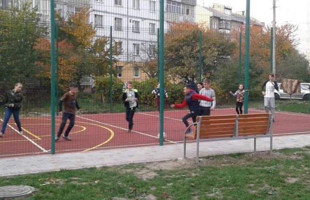 В одному з мікрорайонів Франківська завершують будівництво масштабного спортмайданчика (фоторепортаж)